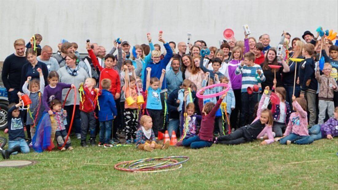 Ausgelassenes Gruppenfoto von Kindern und Eltern einer Schlaganfallgruppe