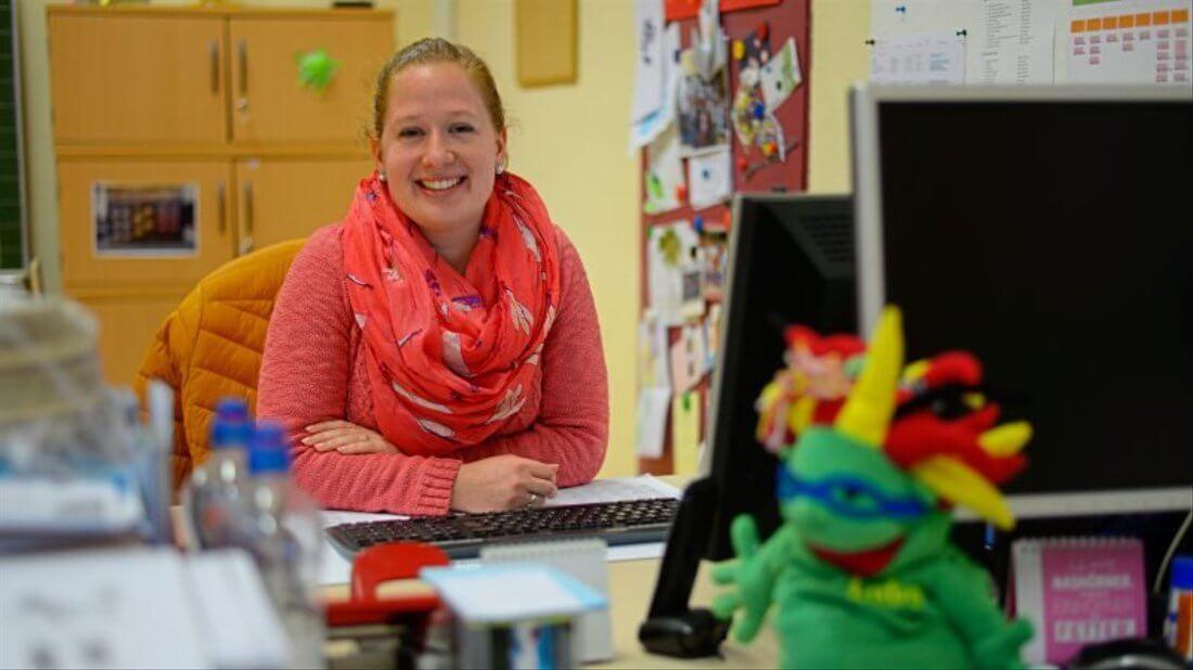 Kathrin Märtin in ihrem Büro lächelt in die Kamera