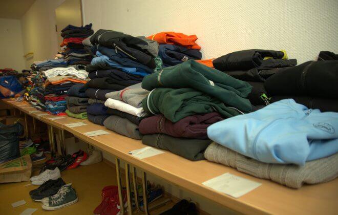Gefaltete Kleidung sortiert auf Tischen