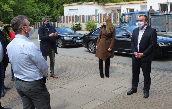 Niedersachsens Innenminister Boris Pistorius, Landrätin Anna Kebschull und VSD-Geschäftsführer Tim Ellmer tragen Masken