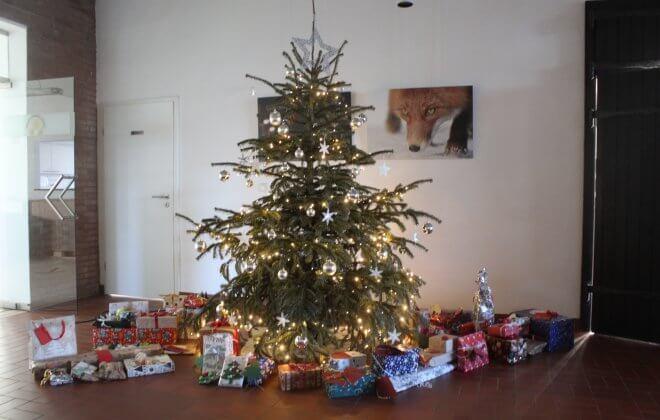 Geschmückter Tannenbaum mit Geschenken darunter