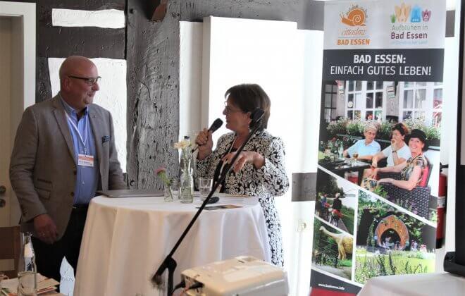 Heinrich Mackensen und eine Referentin unterhalten sich beim Slow Tourismus Tag