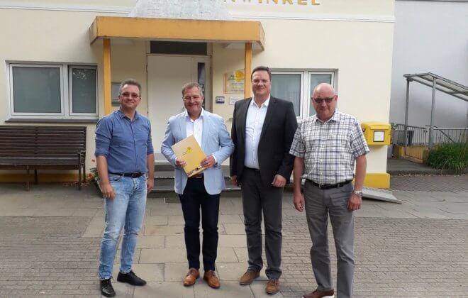 Gruppenfoto mit Tim Ellmer, Guido Pott, Timo Natemeyer und Heinrich Mackensen vor dem Haus Sonnenwinkel